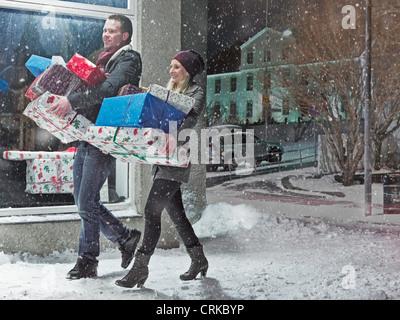 Paar mit Weihnachtsgeschenke im Schnee - Stockfoto