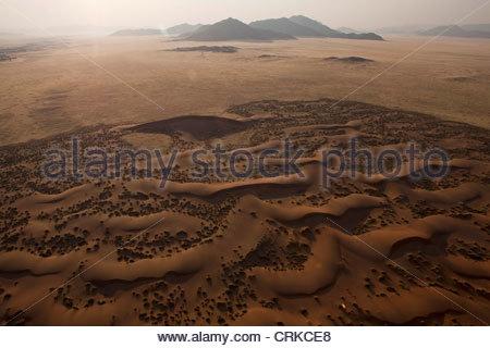 Luftaufnahme von Sanddünen in der Wüste - Stockfoto
