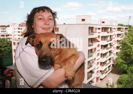 Frau mit Hund auf Hochhaus Balkon, Berlin - Stockfoto