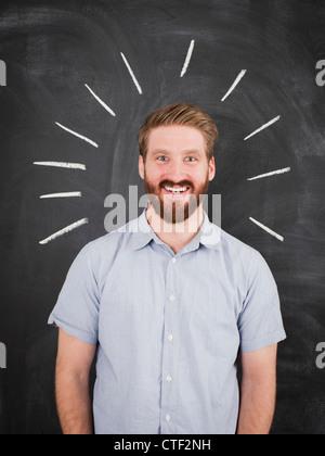 Junger Mann mit Kreidelinien um Kopf, Studio gedreht - Stockfoto