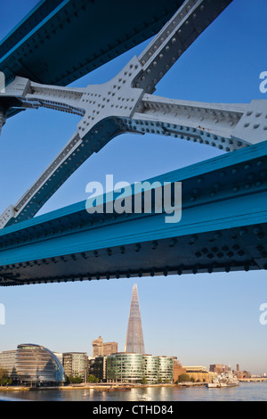 England, London, Southwark, Tower Bridge und der Shard - Stockfoto