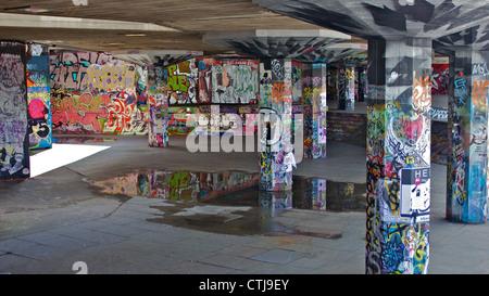 Graffiti in einem London-Skate-park - Stockfoto