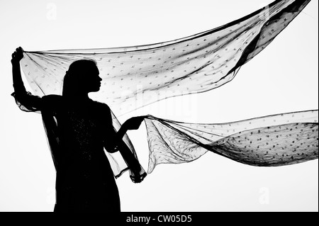Inderin mit Stern gemustert Schleier im Wind. Silhouette. Monochrom - Stockfoto
