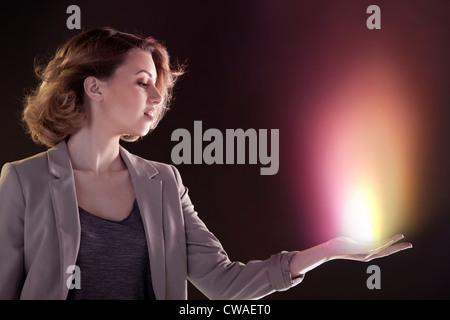 Junge Frau mit Licht in der hand - Stockfoto
