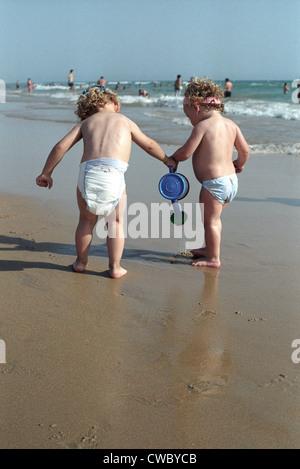 Kleinen Jungen und Mädchen zusammen zu spielen, am Strand - Stockfoto