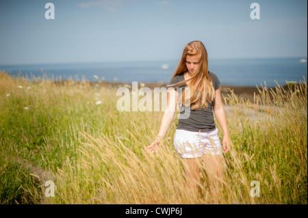 Blonde Frau im Wind fegte Dünen, Cape Elizabeth Maine USA - Stockfoto