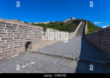 Die chinesische Mauer mit blauem Himmel am sonnigen Tag - Stockfoto