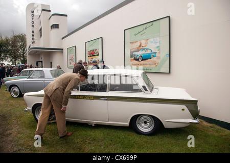 Besucher beim Goodwood Revival Blick auf Ford Lotus Cortina auf das Display Motor Show 2012 - Stockfoto