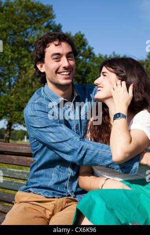 Intime paar auf Bank - Stockfoto