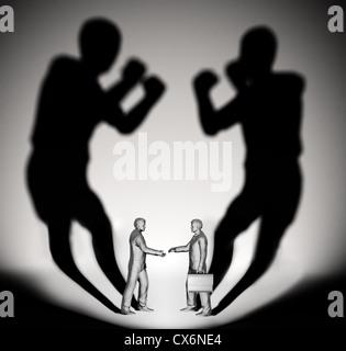 Zwei Unternehmer wirft einen Schatten geformt wie zwei Kämpfer - Stockfoto