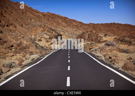 Straße in El Teide-Nationalpark, zum UNESCO-Weltkulturerbe, Teneriffa, Kanarische Inseln, Spanien, Europa - Stockfoto
