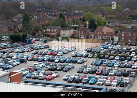 hohen Blick auf belebten vollen Arbeitsplatz Parkplatz - Stockfoto