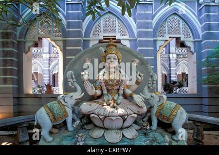 Laxmi oder Lakshmi, die hinduistische Göttin steht für Glück, Schönheit, Harmonie und Wohlstand, flankiert von zwei - Stockfoto