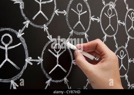 Hand zeigen soziale Vernetzungskonzept gemacht mit weißer Kreide auf einer Tafel - Stockfoto
