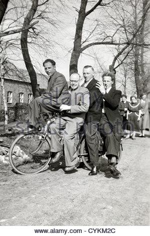 Spaß posiert mit vier auf einem Fahrrad ländliche Holland 1940er Jahre - Stockfoto