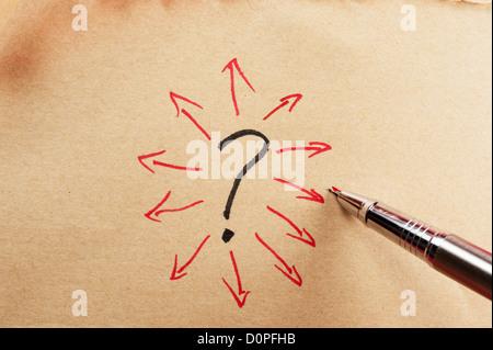 Fragezeichen und Gruppe von Pfeilen auf Papier mit einem Stift gezeichnet - Stockfoto