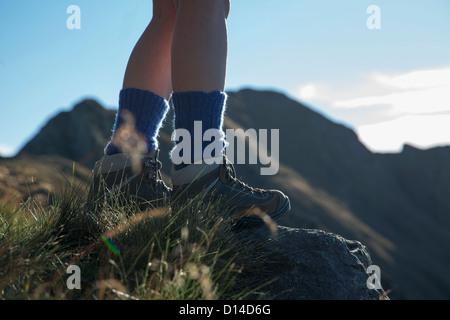Frau auf ländlichen Hügel wandern - Stockfoto