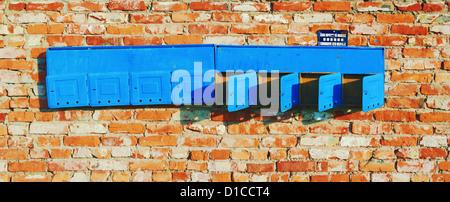 Hintergrund - gealterte rote Bau Ziegelwand mit alten Briefkästen. - Stockfoto