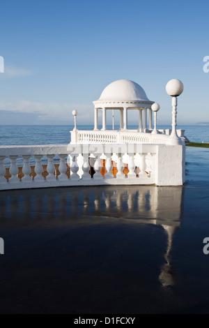 Kolonnaden von De La Warr Pavilion und Strandpromenade, Bexhill-on-Sea, East Sussex, England, Vereinigtes Königreich, - Stockfoto