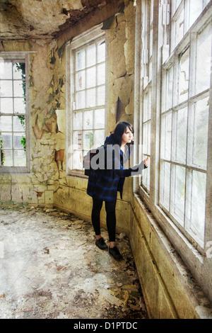 Angst vor Frau sah aus dem Fenster - Stockfoto