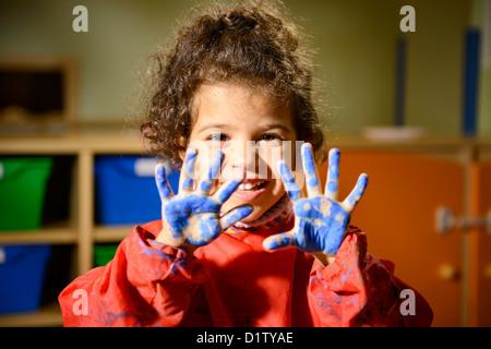 Kinder malen und zeichnen im kids club handwerk unterricht in der grundschule kinderg rtnerin - Menschen malen lernen kindergarten ...