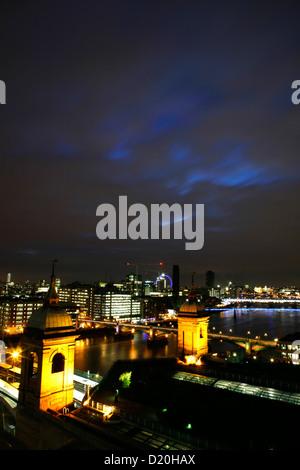 Skyline Blick auf die Themse über Bahnhof Cannon Street, City of London, UK - Stockfoto