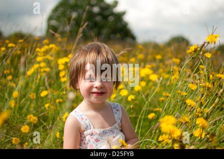 Ein Porträt eines kleinen Mädchens in eine Wildblumenwiese - Stockfoto