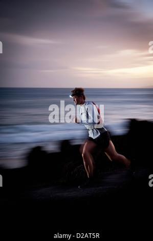 Verschwommene Sicht des Läufers auf felsigen Pfad - Stockfoto