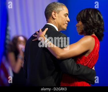 US-Präsident Barack Obama tanzt mit First Lady Michelle Obama, Jennifer Hudson auf der Commander In Chief Ball im - Stockfoto