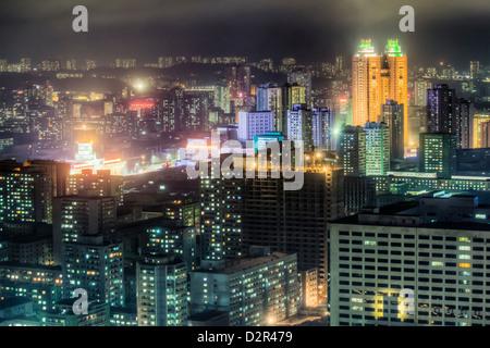 Neue moderne Gebäude im Zentrum von Pyongyang bunt beleuchtet in der Nacht, Pyongyang, Nordkorea - Stockfoto