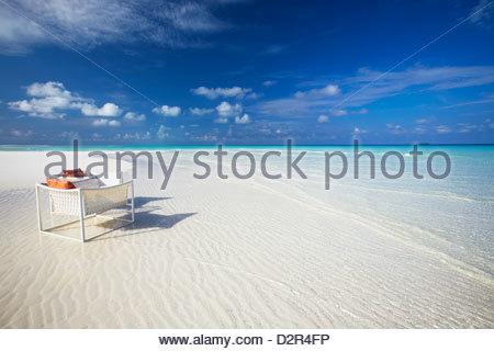 Liegestühle am tropischen Strand, Malediven, Indischer Ozean, Asien - Stockfoto