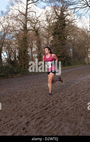 Cross Country Championships senior und Inter Mailand Jugend Mädchen extrem Bedingungen schlammigen auf einen Hang - Stockfoto