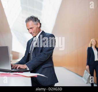 Geschäftsmann mit laptop - Stockfoto