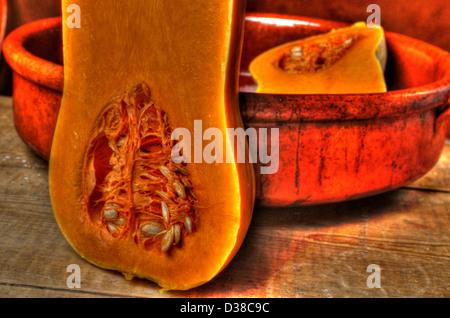 Halbierte Butternut-Kürbis Samen in Tien Backen zeigen - Stockfoto