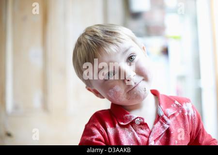 Jungen-Gesicht mit Mehl in Küche - Stockfoto