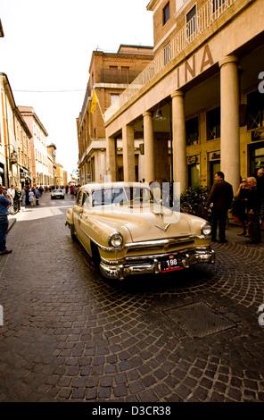 Rennwagen auf Straße, Mille Miglia Autorennen, Italien, 2008 - Stockfoto