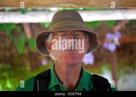 Eine kubanische mann raucht eine zigarre in einem for Alter mann im schaukelstuhl