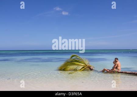 Paar auf einer Palme sitzen. Insel in der Karibik. - Stockfoto