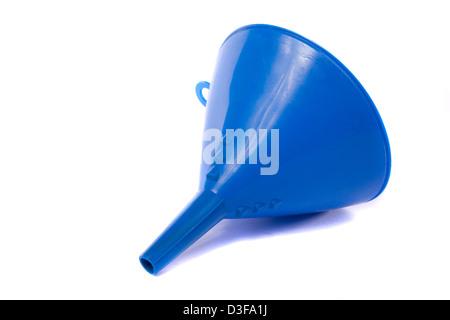 Nahaufnahme von einem blauen Trichter für die Verwendung mit Wasser oder Öl isoliert auf einem weißen Hintergrund. - Stockfoto
