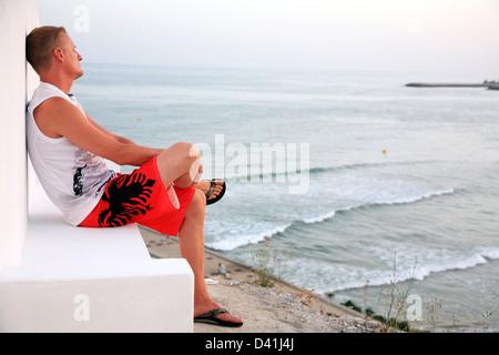Mann entspannend am Strand Albufeira in Portugal - Stockfoto