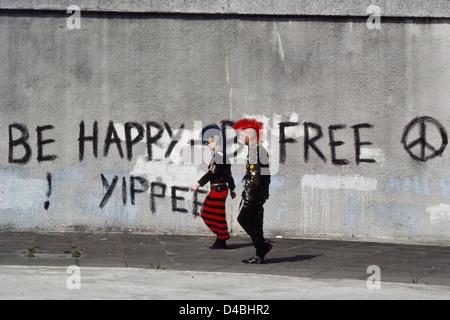 Ein paar Punk-Rocker zu Fuß übergeben CND Graffiti. London England UK. Ca. 80er Jahre - Stockfoto