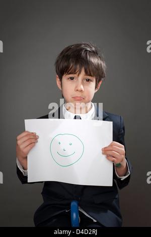 Traurige junge mit Zeichnung von Smiley - Stockfoto