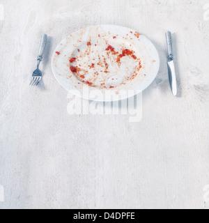 eine fertige Platte mit Resten von Tomaten-Soße und pasta - Stockfoto