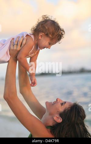 Mutter und Kleinkind Tochter am Strand - Stockfoto