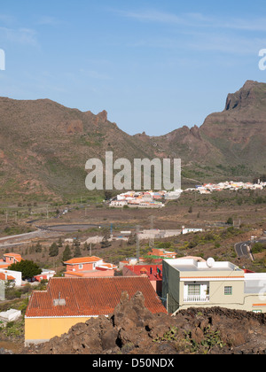 Panoramablick auf Santiago del Teide und die kurvenreiche Straße nach Masca des Teno-Massivs in Teneriffa, Kanarische - Stockfoto