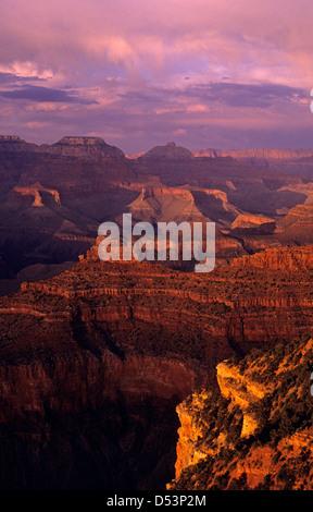 South Rim Grand Canyon in der Nähe von Yavapai Point Abendlicht auf Felsformationen Arizona State genommen - Stockfoto