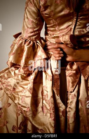 Renaissance-Frau mit einem Messer hinter ihrem Rücken - Stockfoto