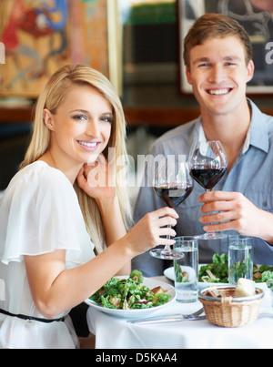 Paar beim Mittagessen im restaurant - Stockfoto