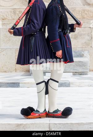Evzonen bewachen das Grab des unbekannten Soldaten in Griechenland - Stockfoto