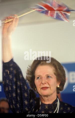 Archiv: Margaret Thatcher starb heute 8. April 2013. Frau Margaret Thatcher 1983 Wahl winken Union Jack-Flagge mit - Stockfoto